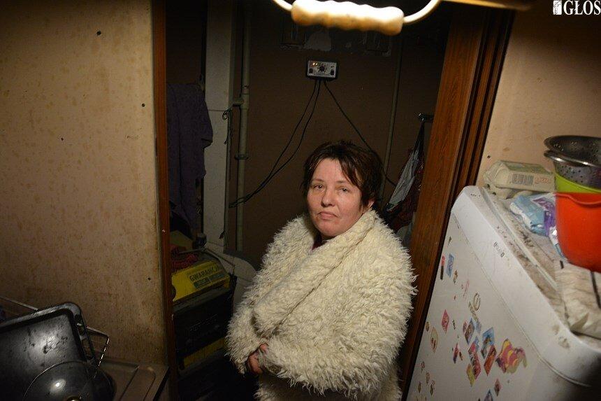 Pani Edyta mieszkanka budynku przy ul. Leszno 44 codziennie spala wiadro węgla.