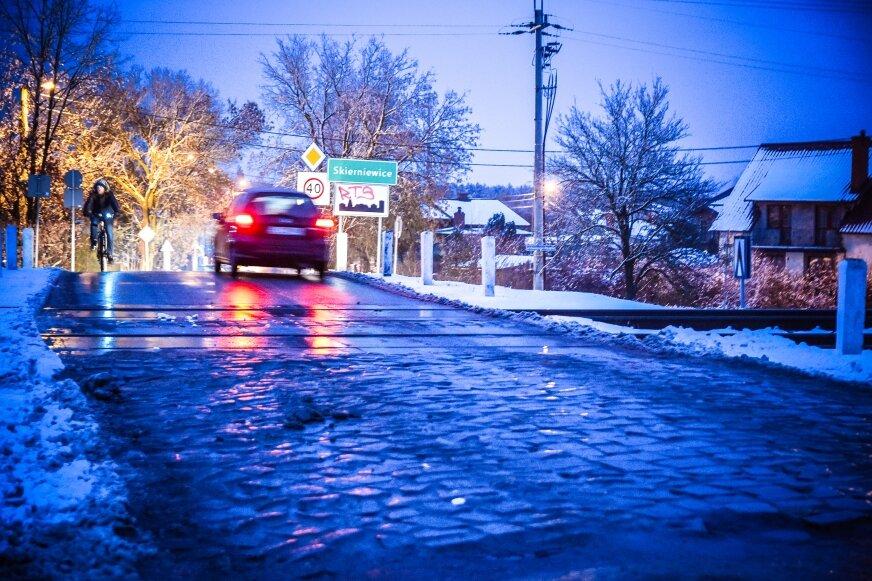 Do czasu zamontowania na przejeździe półrogatek i oświetlenia kierowcom pozostaje bezwzględnie stosować się do znaków drogowych – czyli znaku stop. Inaczej znów dojdzie do tragedii.