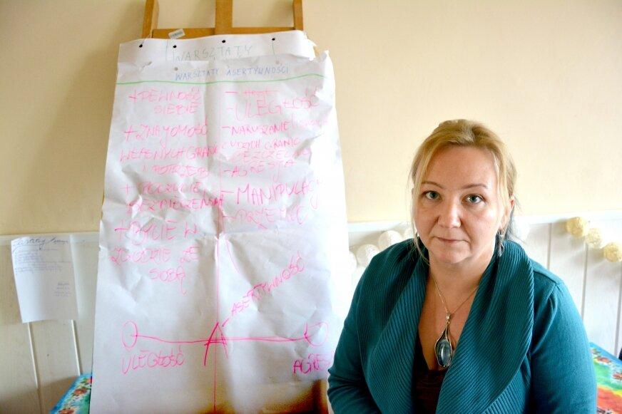 Inga Lipińska szefuje żyrardowskiej filii CPK. Tygodniowo zgłasza się do niej nawet pięć kobiet, które chcą przerwać krąg przemocy. Nie wszystkie przychodzą na umówione spotkanie,