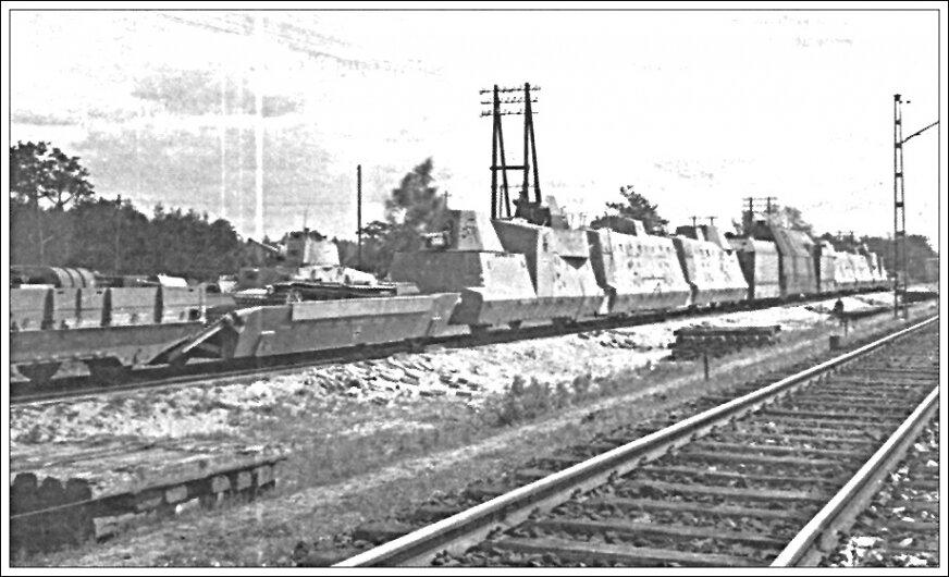 Pociąg pancerny w standardzie BP-42 (tutaj skład o numerze 64, w bazie w Rembertowie, 1944 rok).