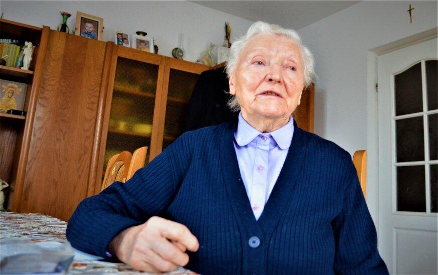 Pokazuje legitymację kombatancką. W niej stoi – Helena Majkowska, rocznik 26 jest członkiem korpusu weteranów walk o niepodległość Rzeczypospolitej Polskiej. Mówi dumnie: – Jestem inwalidką wojenną I grupy, byłam więźniem obozu koncentracyjnego KL Stutthof, walczyłam w powstaniu.