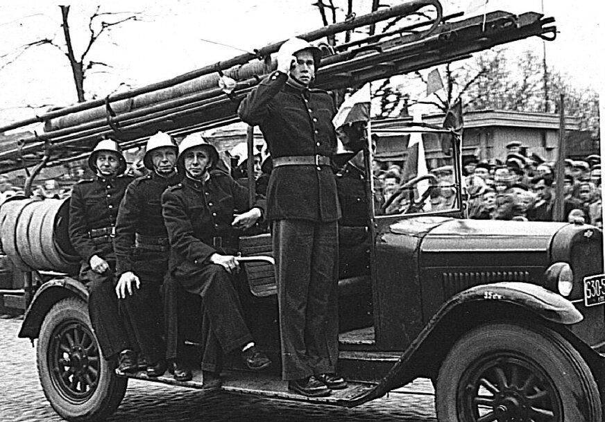 Chevrolet na ulicy Skierniewic, podzczad parady z okazji jakiegoś świeta, koniec lat 30. Chociaż na wielu zdjęciach auto przewozi 8 lub 10 strażaków, to jego załoga była sześcioosobowa. Składa się z: dowódcy, kierowcy-mechanika oraz dwóch dwuosobowych rot - gaśniczej i wodnej.
