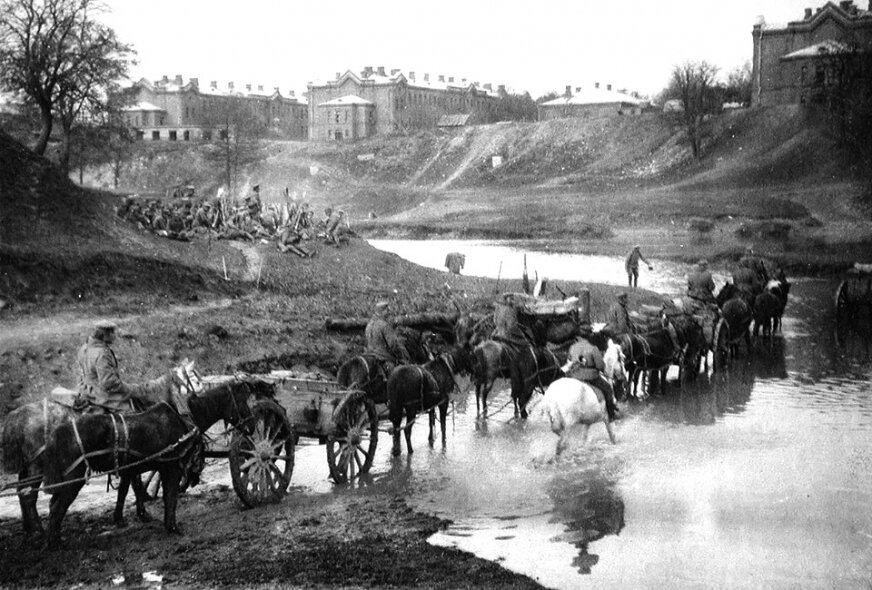 Zdjęcie wykonane przez Stanley'a Washburn'a tuż po zajęciu Skierniewic przez Rosjan, w październiku 1914 roku. Na pierwszym planie wozy z amunicją przeprawiające się przez rzekę. Na drugim planie żołnierze, prawdopodobnie z  2. Korpusu Syberyjskiego.