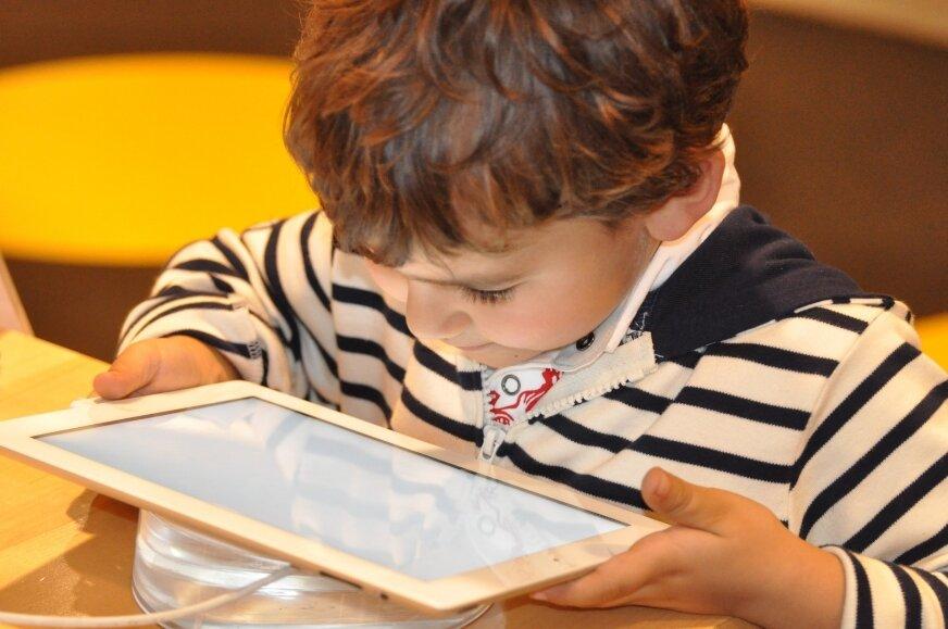 Dzieci bardzo szybko uczą się obsługi nowoczesnych urządzeń