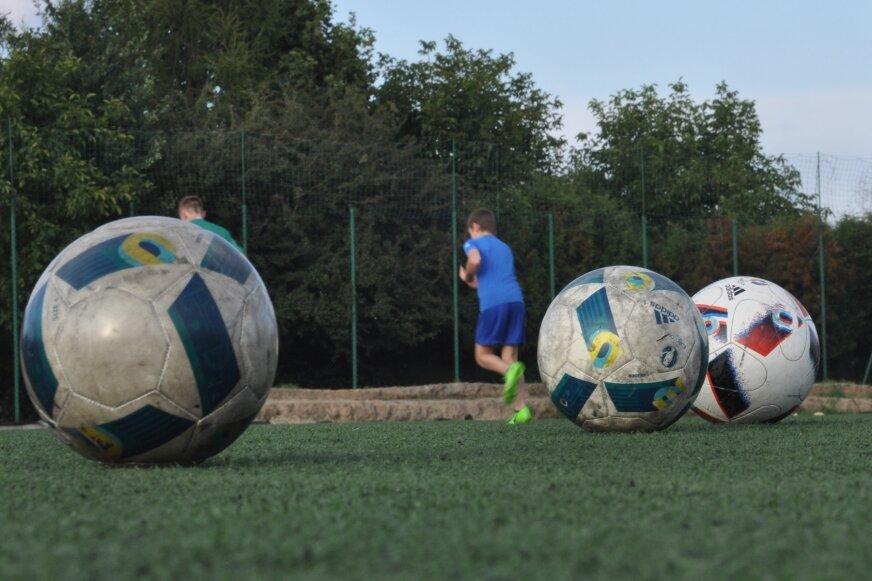 Piłkarska wiosna na boiskach w powiecie żyrardowskim zbliża się wielkimi krokami.