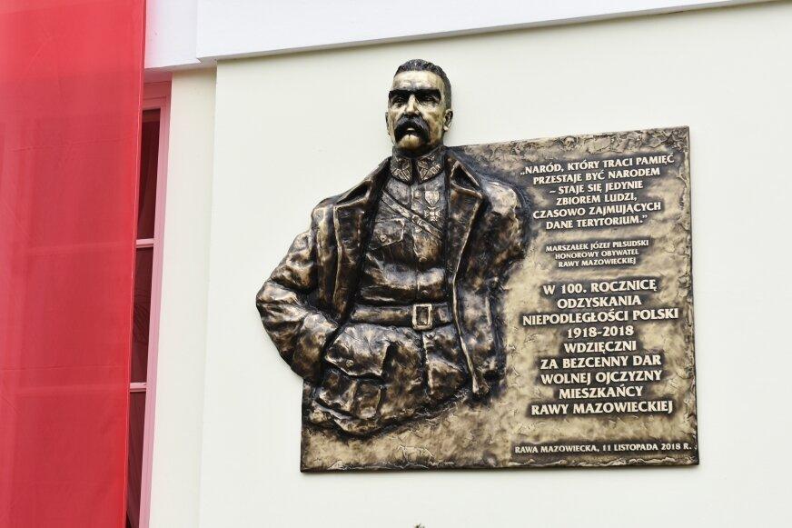 Tablica pamiątkowa na ścianie ratusza w Rawie Mazowieckiej