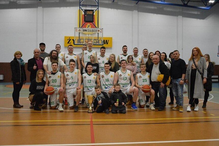 Zespół seniorów z Żyrardowa po raz drugi został mistrzem mazowieckiej III ligi basketu.