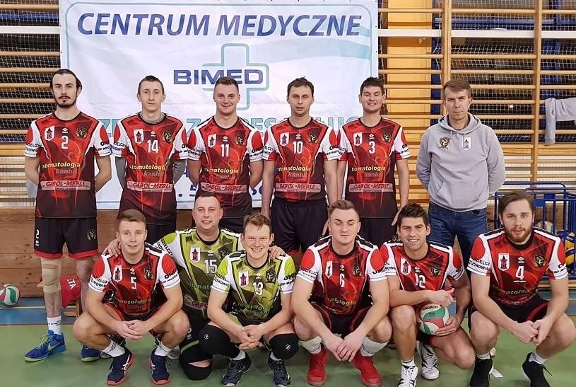 Zespół czwartoligowych siatkarzy z Mszczonowa przegrał pierwszy mecz fazy play-off z KS Halinów.