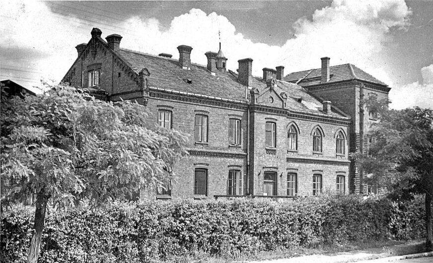 Dawny szpital. Dziś budynek administracji placówki przy ulicy Rybickiego. Niestety mocno przebudowany, nie przypomina już oryginalnej budowli.