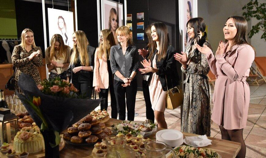 Julia Bakalarska, autorka zdjęć (pierwsza z prawej), wraz z zespołem pracującym przy projekcie zaprasza do obejrzenia wystawy.