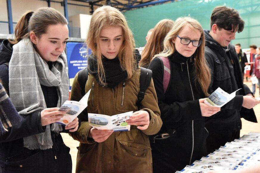 Na stoiskach wystawienniczych młodzież może porozmawiać z pracownikami i studentami, wziąć ulotki.