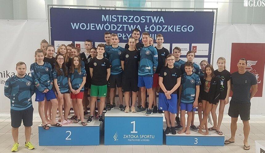 Liczna reprezentacja UKS NAWA Skierniewice podczas Mistrzostw Województwa Łódzkiego w Pływaniu 2019.