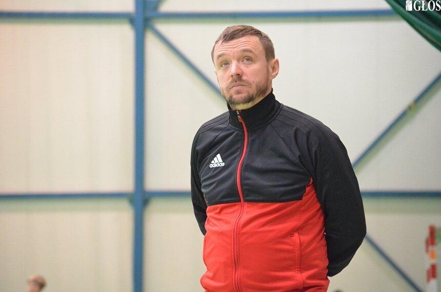 Trener seniorów z Akademii Piłkarskiej Żyrardów Paweł Jakóbiak.