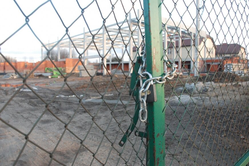 Budowa hali stanęła. Kto ją dokończy?