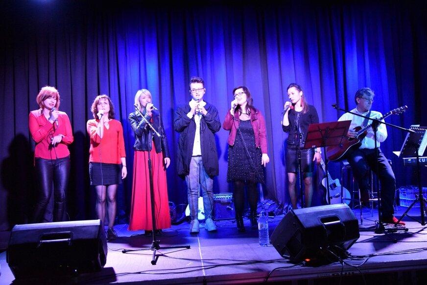 U boku wokalistki The Collocations Project Ewy Stolińskiej, zaśpiewali przyjaciele z Voice Ekipy, do której należy również Ewa.