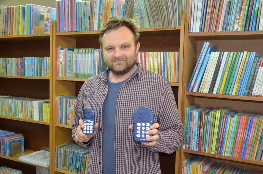 Stanisław Zawadzki prezentuje urządzenia, dzięki którym osoby z dysfunkcją wzroku mogą słuchać nagranych książek