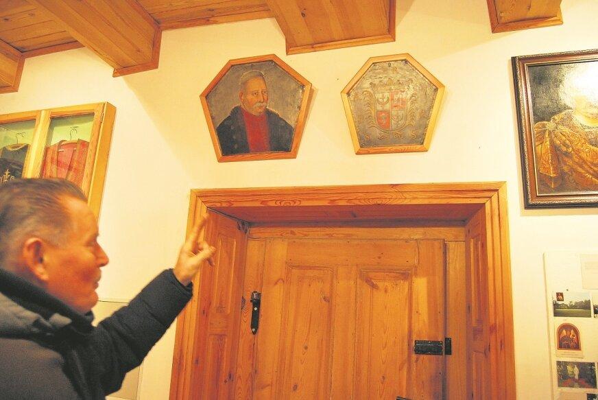 W izbie pamięci można podziwiać wiele pamiątek z czasów, gdy miejscowości odwiedzał wielki polski monarcha.