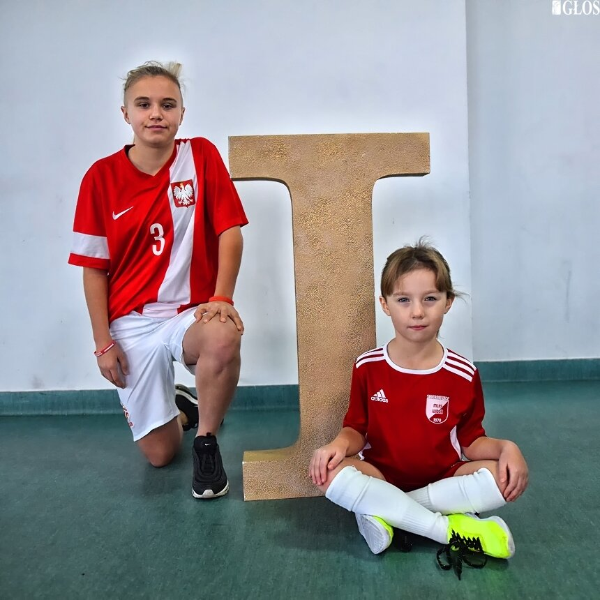 Julka Kolis dziś jest w kręgu zainteresowań trenerów kadry narodowej U15 w piłce nożnej. Na zdjęciu obok Natalia Sas, urodzona w 2013 roku, piłkarka Widoku Skierniewice. Coraz więcej dziewcząt chce grać w piłkę nożną, sport, który stereotypy definiują jako męski.