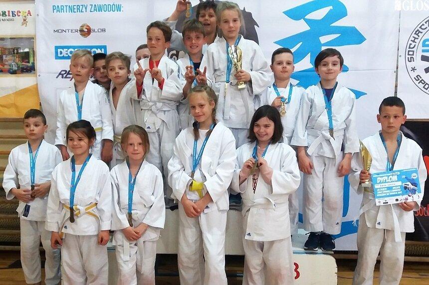 Liczna reprezentacja młodych judoków MMKS Wojownik podczas zawodów w Sochaczewie.