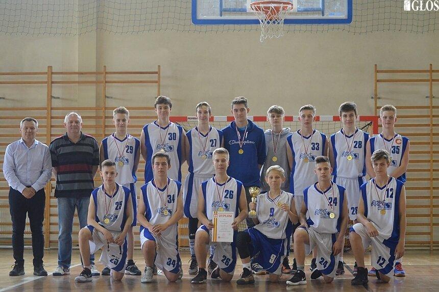 Mistrzowie łódzkiego w kategorii szkół podstawowych na co dzień trenują w klubie AZS PWSZ Skierniewice.