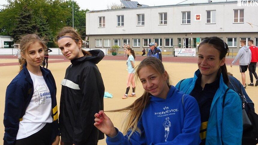 Na stadionie łódzkiego AZS startowały młodziczki i juniorki młodsze UKS Vis Skierniewice. Na zdjęciu od lewej: Anna Kłosińska, Maja Jabłońska, Anna Bibik i Ola Tarnowska.