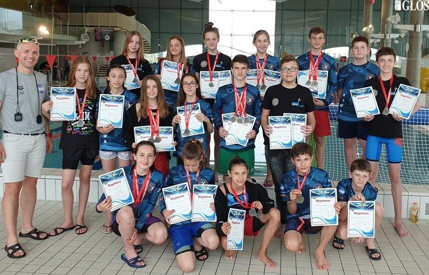 Reprezentacja skierniewickich pływaków podczas zawodów w Kleszczowie.
