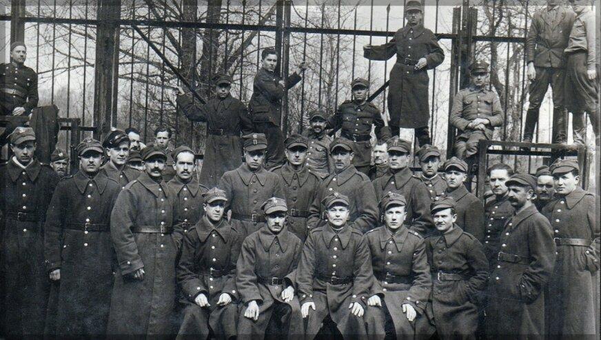 Żołnierze polscy w obozie dla osób internowanych – st. strzelec  B. Galik pierwszy (siedzi) od lewej.