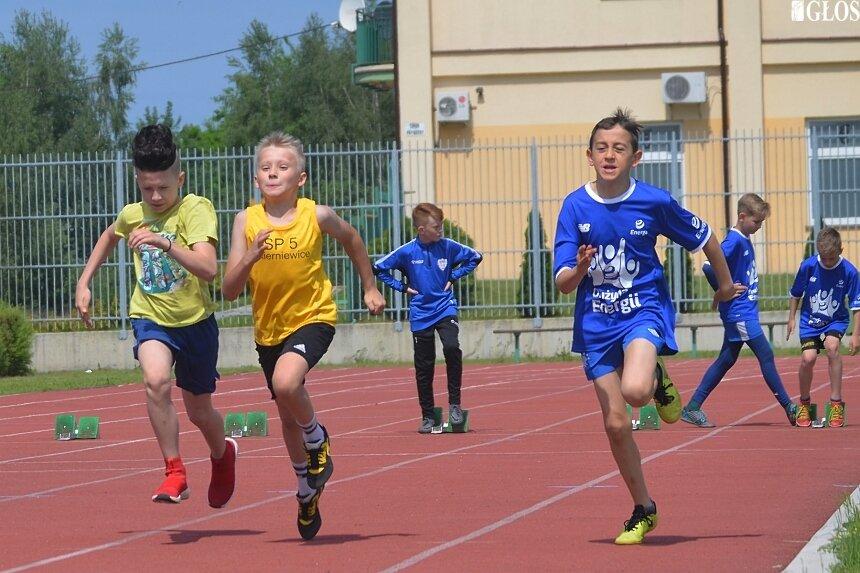 Lekkoatletyczne zmagania młodzieży ze skierniewickich szkół odbyły się na stadionie przy ulicy Tetmajera.