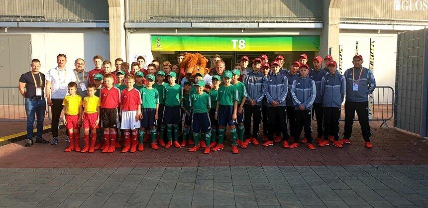 Młodzi piłkarze MLKS Widok Skierniewice tworzą eskortę dziecięcą FIFA podczas meczów Mistrzostwa Świata U20 rozgrywanych w Łodzi.