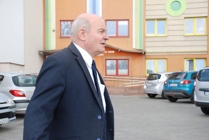 Jerzy Stankiewicz doskonale zna wady starego  budynku urzędu gminy.
