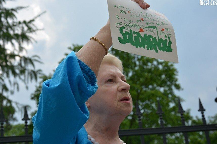 Anna Urbanowicz, poseł I kadencji sejmu pokazuje materiały towarzyszące wyborom w czerwcu 1989 roku.