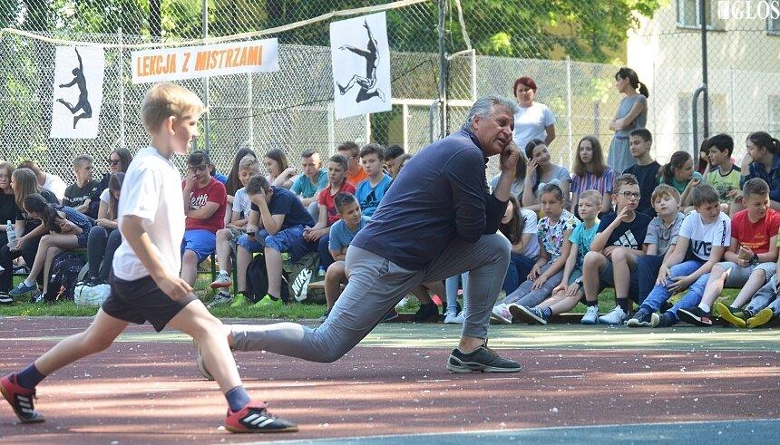 Zdzisław Hoffmann pokazowe zajęcia z młodzieżą prowadzi kilka razy w roku. We wtorek swoje doświadczenia przekazywał młodzieży ze szkoły w Lipcach.