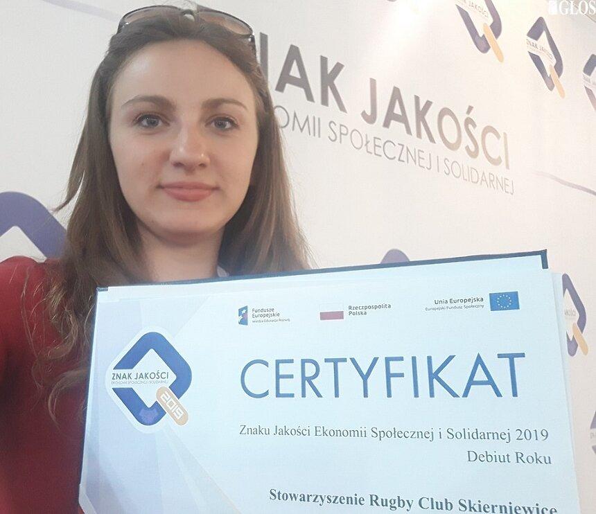 Emilia Stencel z Rugby Club Skierniewice z certyfikatem Znak Jakości Ekonomii Społecznej i Solidarnej w kategorii debiut roku.