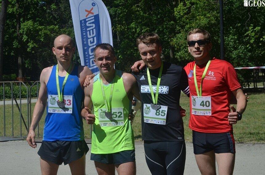 Artur Kamiński (drugi z lewej) wygrał Bieg Zielonego Jabłuszka.