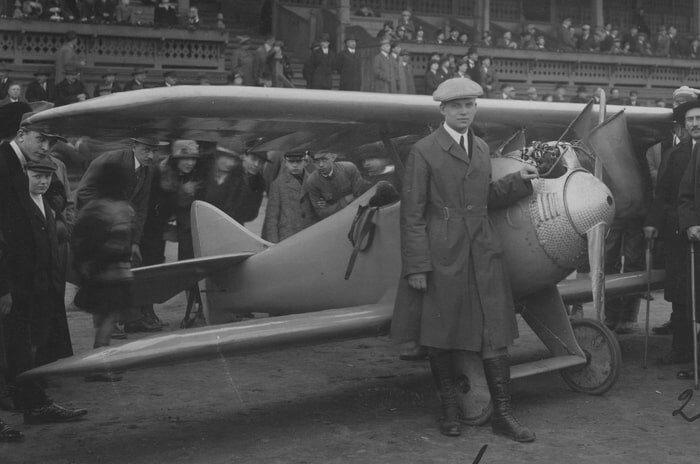 Jerzy Dąbrowski przy samolocie D-1 Cykacz