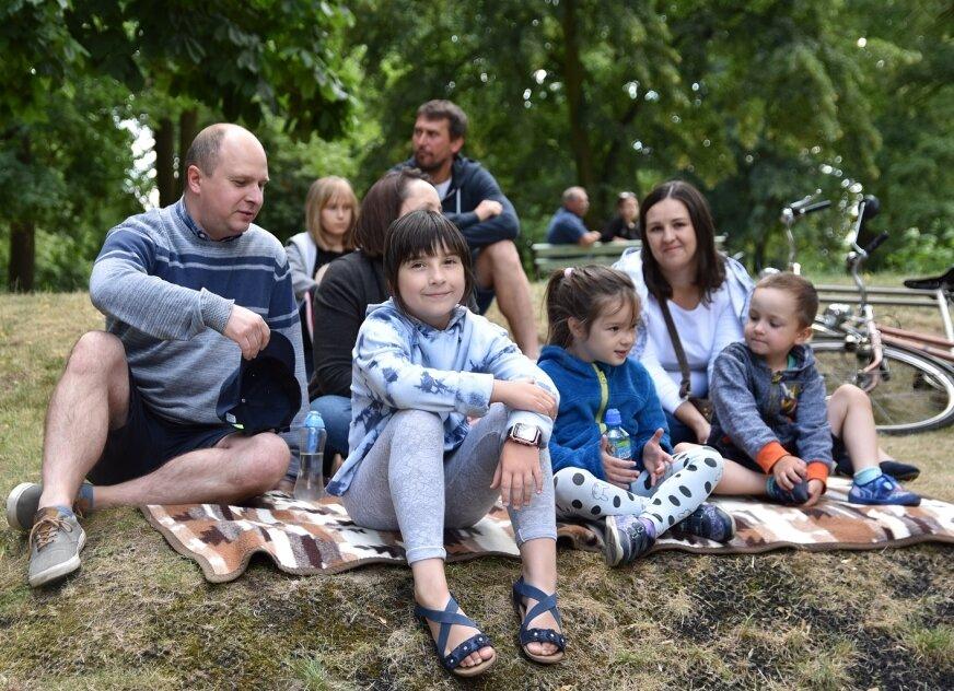 Koncert przyciągnął do parku rodziny z dziećmi.