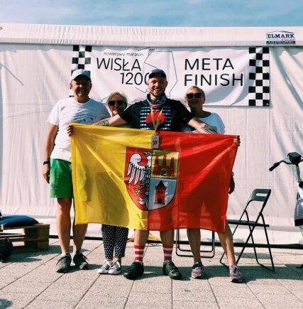 Wiktor Koperski z najbliższymi po ukończeniu rajdu.
