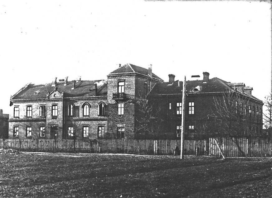 Zdjęcie przedstawia szpital w latach 30 XX wieku (ze zbiorów IHS). Widzimy tutaj dobudowaną obszerną klatkę schodową w miejscu dotychczasowego łącznika między budynkami. Przebudowa ta została zrobiona dzięki staraniom drugiej Siostry Przełożonej, Aleksandry Płońskiej.