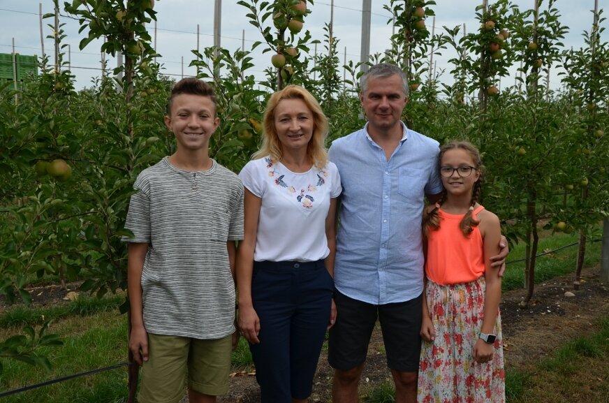 Państwo Anna i Mariusz Chrzanowscy z dziećmi - Sarą i Kacprem