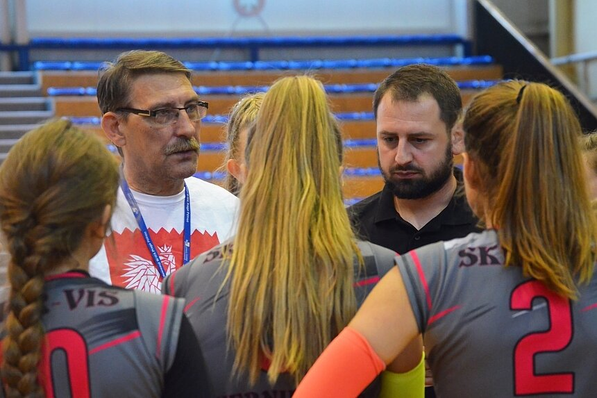 Sztab trenerski Skier-Vis zdecydował, że w sezonie 2019/2020 zobaczymy na parkietach lig wojewódzkich: młodziczki, kadetki i seniorki ze Skierniewic.