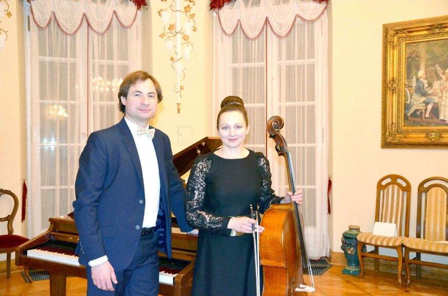Państwo Adamowicz, właściciele dworu w Kaleniu już raz zaprosili do siebie pianistę Michała Drewnowskiego. Koncert został bardzo ciepło przyjęty przez lokalnych melomanów. Na zdjęciu Drewnowski w towarzystwie Natalii Adamowicz.