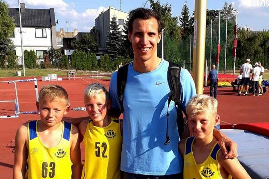 Młodzi lekkoatleci w Aleksandrowie Łódzkim mieli możlwość spotkać reprezentantów Polski. Na zdjęciu z Karolem Hoffmannem.