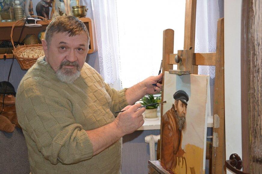 Roman Zabłocki codziennie spędza czas malując obrazy.
