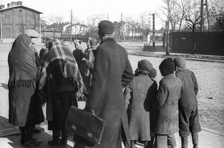 Rekruci do 450-Turkbatalionu na stacji w Skierniewicach. Jak widać egzotyczni poborowi wzbudzali dużą ciekawość mieszkańców. Luty 1942 roku.