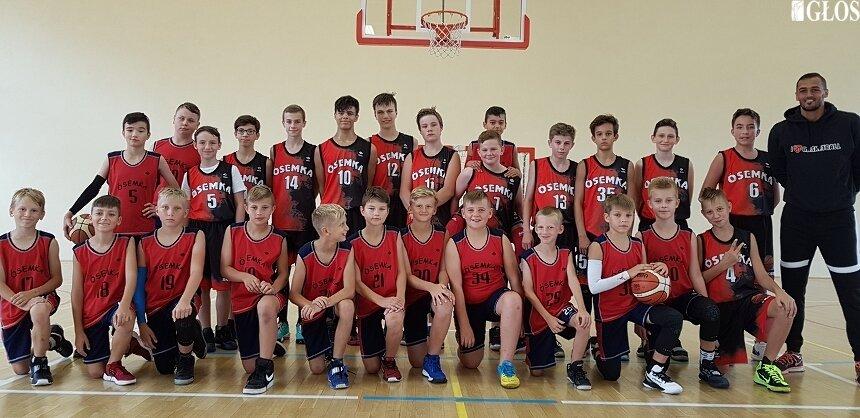 Zespoły młodzików i żaków MKS Ósemka z trenerem El-Wardem na wspólnym zdjęciu.