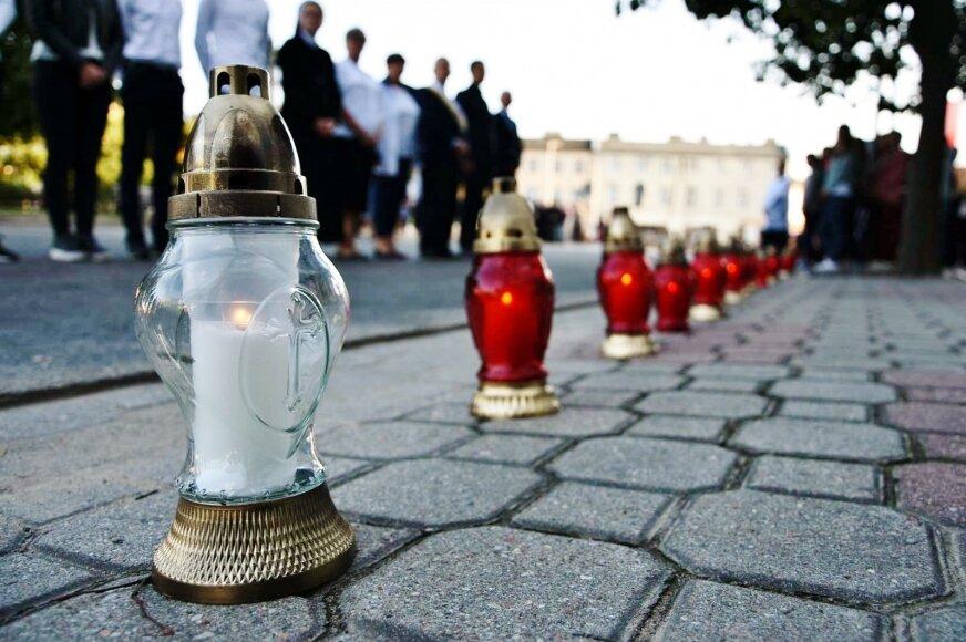 Aby oddać hołd zamordowanym cywilom, na chodniku wzdłuż kolegium ustawiono dokładnie 40 białych i czerwonych zniczy pamięci