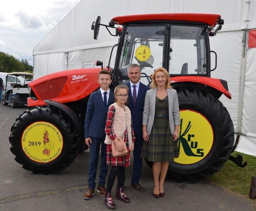 Państwo Anna i Mariusz Chrzanowscy z dziećmi. Sadownicy z Nowego Chodnowa dostali ciągnik rolniczy.
