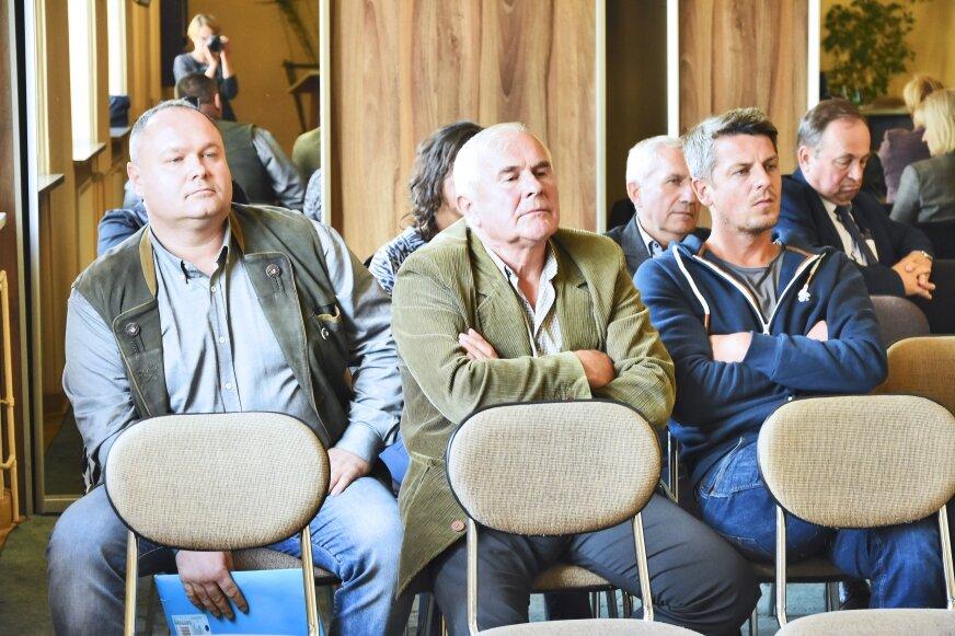 Myśliwi, którzy należą do KŁ Rogacz przyszli na ostatnią sesję powiatową. Chcieli zapoznać radnych ze swoim problemem i prosić o pomoc.