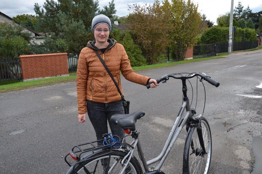 Pani Sylwia codziennie podróżuje rowerem, jest za budową ścieżki rowerowej.