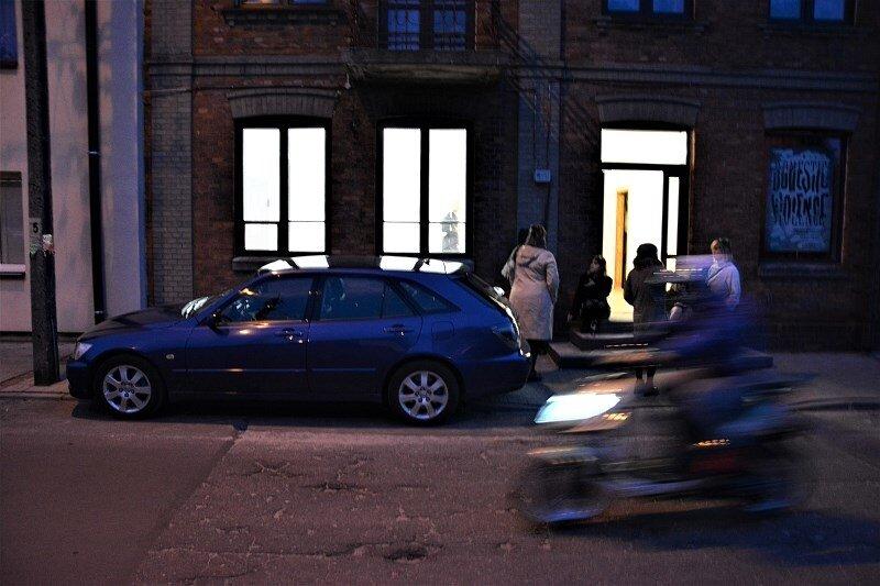 Lewitujący mężczyzna na ulicy Słowackiego